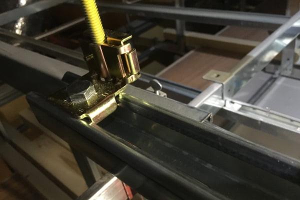 天井吊造作物の固定方法の確認