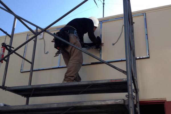 看板の取付位置、高さ、施工方法の確認