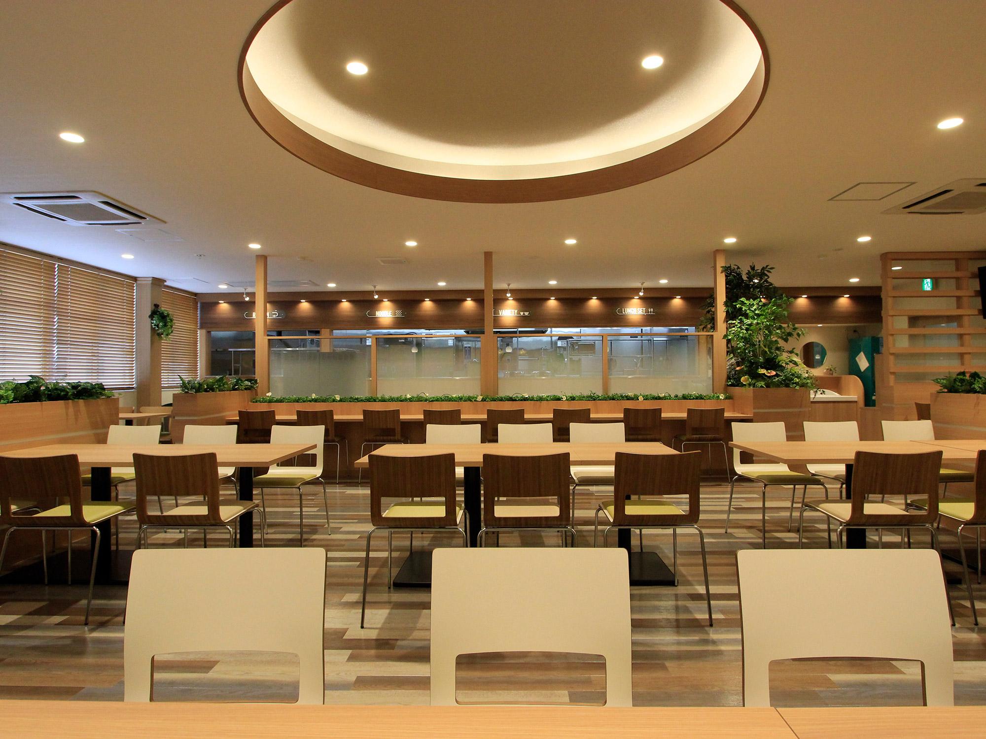 グリーン溢れるカフェのような明るい空間